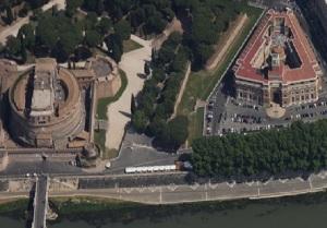 L'edificio visto dall'alto con la Corte delle Vittorie. A sinistra Castel S. Angelo