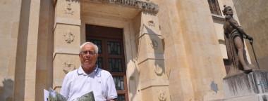 Il Presidente dell'ANMIG del Friuli Venezia Giulia di fronte alla sede ANMIG di Verona con il libro fotografico del 72° incontro Ospedale Paula- Selva di Ternova