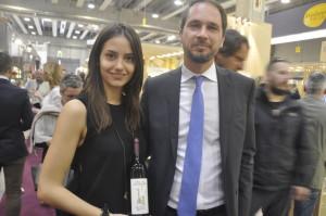 L'Assessore Cristiano Shaurli e la dott.ssa Marta Venica con la bottiglia del centenario