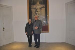 Il prof. Picco e l'Assessore Romano davanti l'opera di Edmondo Furlan